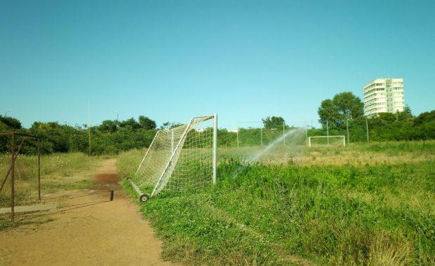 Куриоз! Какво полива пръскачката на стадион Черноморец?