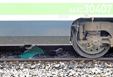 vlak-bukvalno-razpolovi-chovek-30166