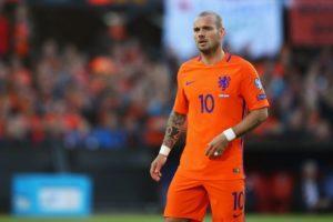 Голям холандски футболист окачи бутонките